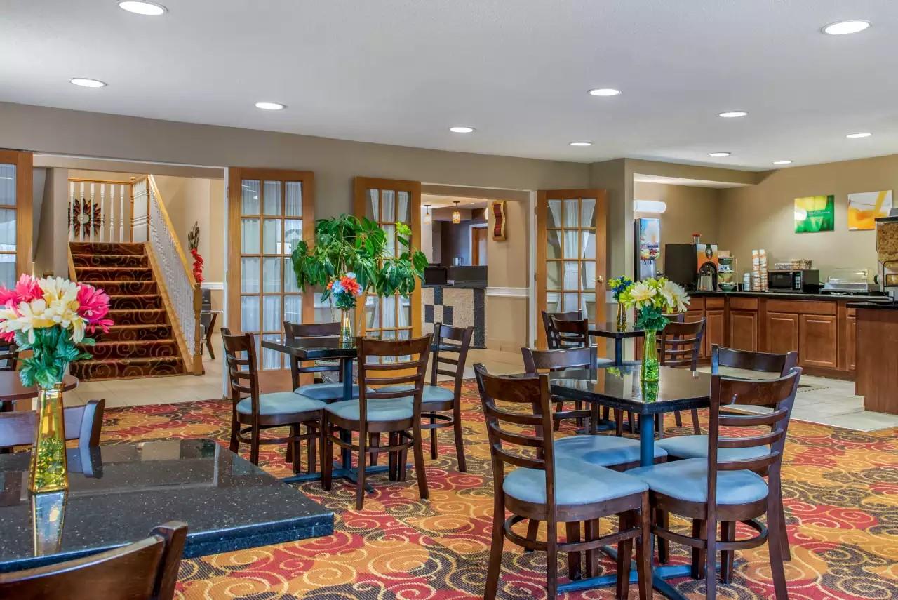 Quality-Inn-Bloomington-IN-Breakfast-area.jpg