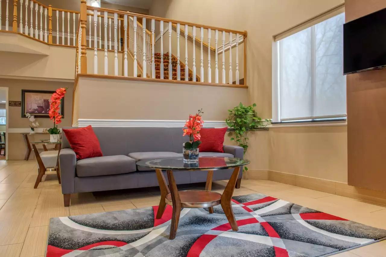 Quality-Inn-Bloomington-IN-Lobby-Seating-Area-(1).jpg
