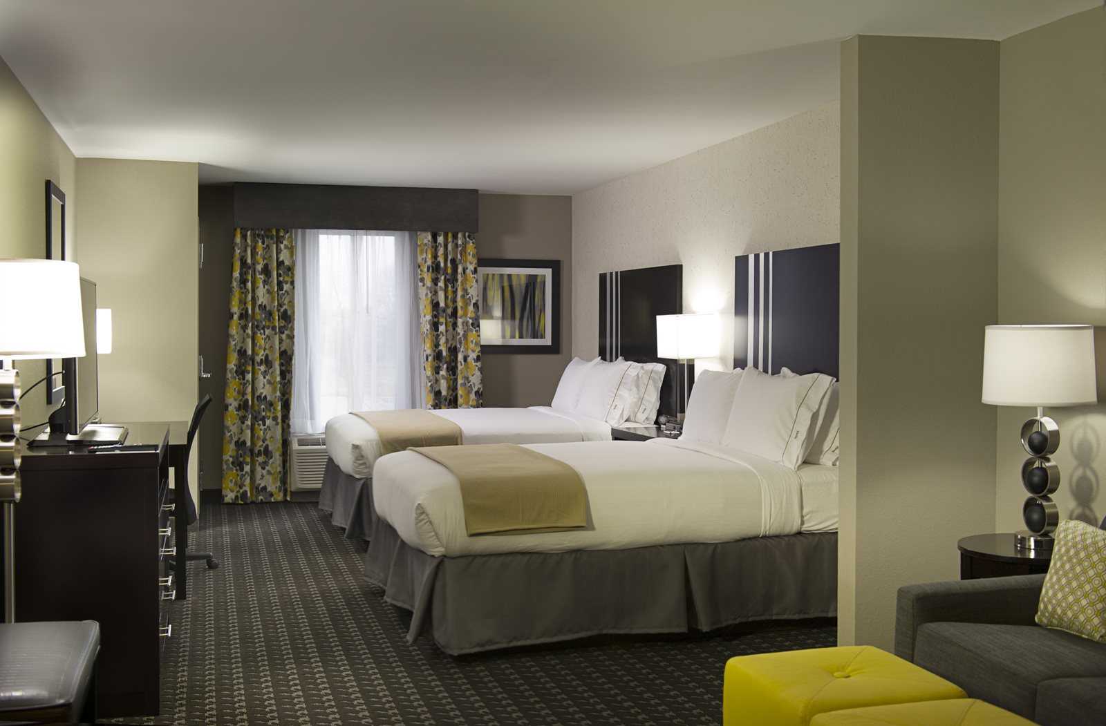 5HolidayInn-Dbl-Queen-suite-3392.jpg