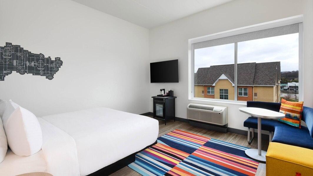 cvgaw-king-guestroom-1329-hor-wide.jpg